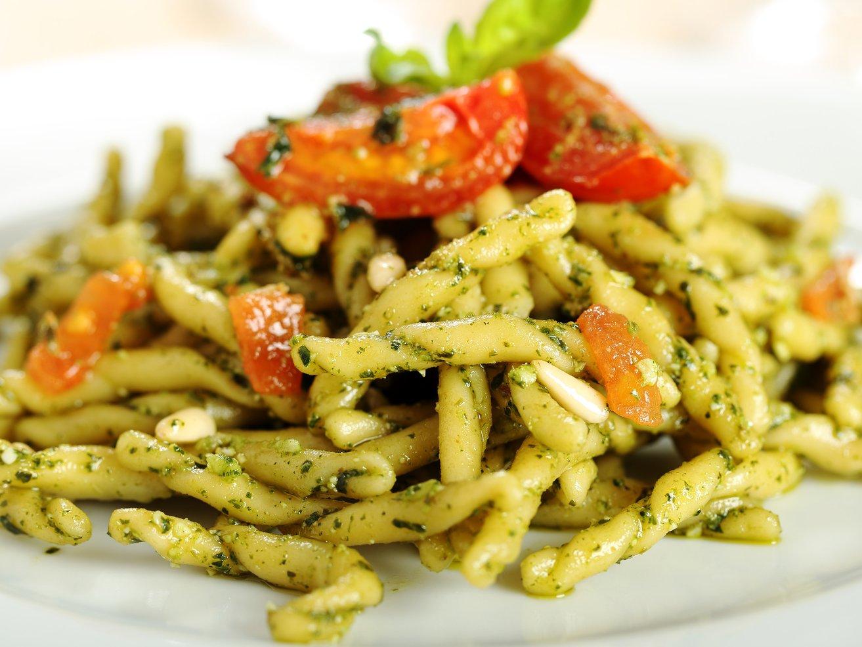 pasta italiana strozzapreti con pesto genovese e pomodori